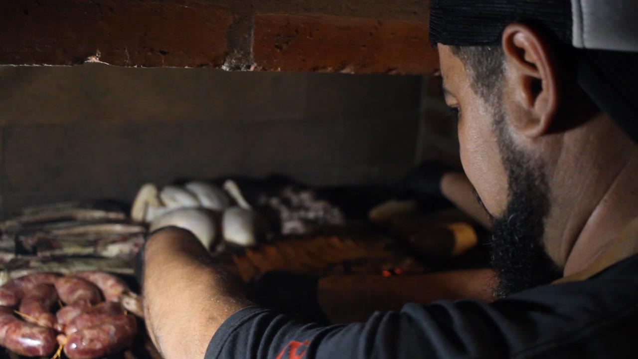 Los asadores en acción. Foto: Tomás Posse